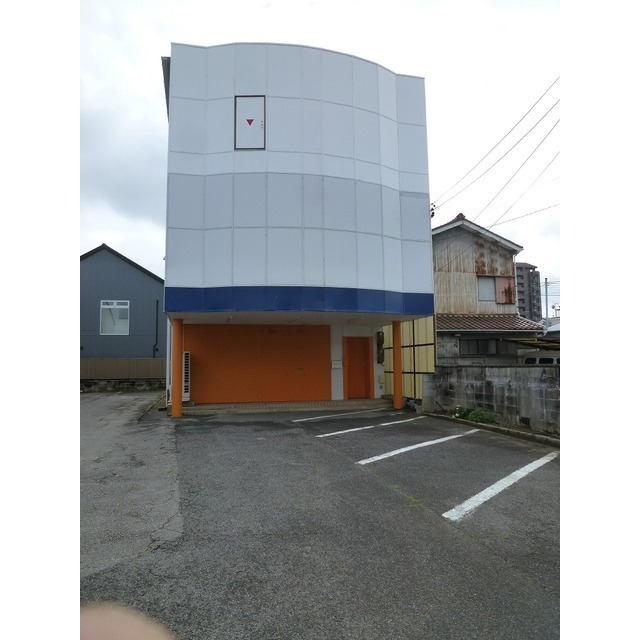 倉庫・事務所として使える1棟貸物件!店舗前駐車場3台込み!市役所・26号線近くでアクセス良好です!倉庫兼事務所・ショールームなどにおすすめ!