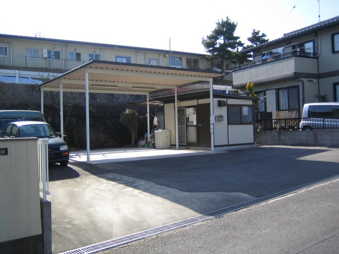広々カーポートあり!敷地面積約200㎡で車が7台程度駐車可能です!コンパクトな事務所付!営業車などの駐車場として・小さな事務所をお探しの方におすすめ!