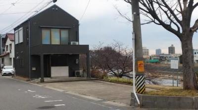 乙川沿いの戸建て貸事務所♪駐車場7台分あり♪