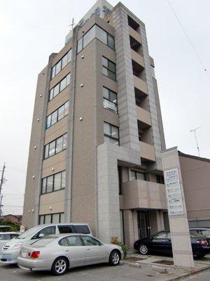JR岡崎駅すぐ♪電車から見える建物です♪広々と使っていただける物件です!