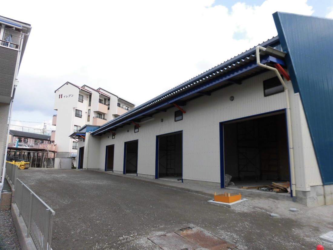 資材、道具置き場・中型倉庫・ガレージをお探しの方におすすめです!未完成、新築物件!敷地内アスファルト舗装・天井高5m!