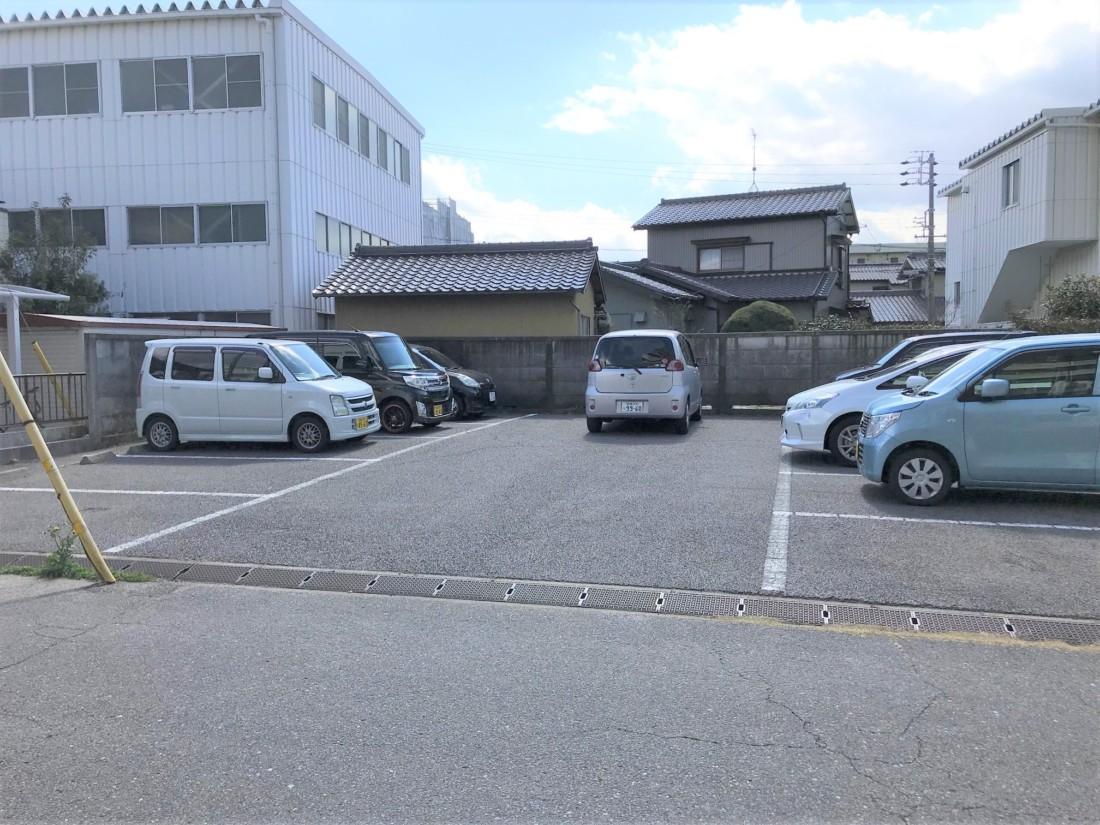 岡崎駅から徒歩6分!コンクリート敷駐車場!